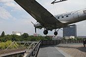 Douglas C-47 B Skytrain 'Rosinenbomber' über der Dachterrasse des Deutschen Technikmuseums Berlin