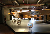 Yoda vor dem Aufklärungsflugzeug Jeannin Stahltaube aus dem Jahr 1914