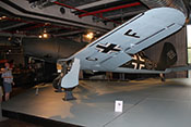 Jos lässt sich von Lebano das Triebwerk und andere Baugruppen der Arado Ar 96 B-1 erklären