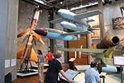 JG4-Mitglieder zwischen Flugabwehr-Feststoffrakete 'Rheintochter', Fieseler Fi 103 'Vergeltungswaffe 1', Henschel Hs 293 und Heinkel He 162 A-2 'Volksjäger'