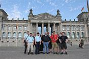 Bendwick, Widukind, Balthasar, Oxyd, Kran, Falkenberg, Qetzalcoatl, Dui, Gotha, Lebano, Jos und Yoda vor dem Reichstagsgebäude