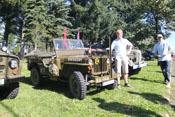 Badlego und Greif vor einem Willys Jeep der US-Army