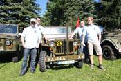 Greif, Dui, Helofly und Badlego vor einem Willys Jeep