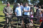 Greif und Dui vor einem Maschinengewehr 'MG 42'