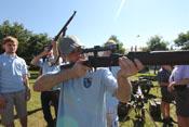 Greif hält einen Karabiner Mauser 98k mit Zielfernrohr (4 x Zeiss ZF42) im Anschlag