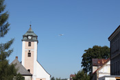 Flug über die Ortsmitte von Kovarska