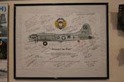 Profilzeichnung der Boeing B-17G 'Heaven Can Wait' mit Autogrammen von Veteranen der 100. US-Bombergruppe 'The Bloody Hundredth'