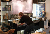 Badlego bei der Betrachtung von Ausstellungsstücken im Museum zur Luftschlacht über dem Erzgebirge