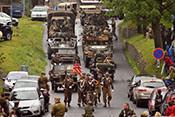 Aufmarsch der US-Darsteller mit Jeeps, Halbkettenfahrzeugen und Radpanzern