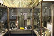 Uniformen und sonstige Ausstellungsstücke im Museum der Luftschlacht über dem Erzgebirge