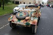Deutscher Kübelwagen im Halteverbot auf der Hauptstraße von Kovarska geparkt