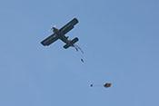 Fallschirmspringer beim Verlassen der Antonow An-2