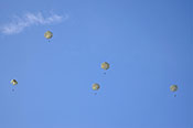 Fallschirmspringer über Kovarska