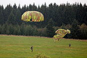 Fallschirmspringer kurz vor der Landung