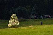 Fallschirmspringer beim Einholen des Schirms
