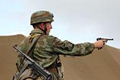 Deutscher Fallschirmjäger bei der Vorführung seiner Handfeuerwaffen