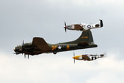 B-17 'Sally B' in Formation mit zwei P-51 'Ferocious Frankie' und 'Big Beautiful Doll'