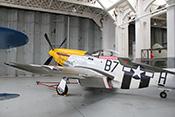 Jagdflugzeug P-51 Mustang 'Ferocious Frankie' im historischen Hangar
