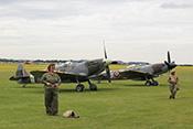 Supermarine Spitfire IX ML407 G-LFIX (1944) und Spitfire FR XIV MV268 G-SPIT (1944)