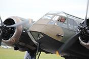 Pilot im Cockpit der Bristol Blenheim MkI G-BPIV (1934)