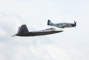 P-51D 'Mustang' 44-72216 Miss Helen und F22-A 'Raptor' in Formation