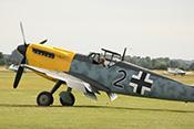 Pilot in gelbnasiger Hispano Buchon (Messerschmitt Bf109) - Schwarze 2