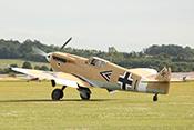 Hispano Buchon (Messerschmitt Bf109) mit Doppelwinkel-Markierung eines Gruppenkommandeurs beim Rollen