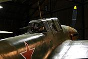 Cockpit und Heckstand des Sowjetischen Schlachtflugzeugs Ilyushin Il-2m3 'Sturmovik'