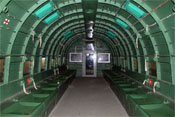 Frachtraum der Douglas C-47A mit Sitzplätzen für Fallschirmjäger