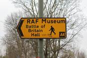 Wegweiser zum RAF-Museum an der U-Bahnstation Colindale