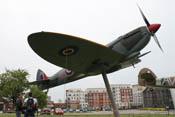JG4_Widunkind und JG4_Alter-Fritz bei Betrachtung der Spitfire Mk.IX des RAF-Museums