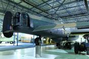 Abwehrstände im Heck und auf dem Rumpfrücken der Avro Lancaster R5868