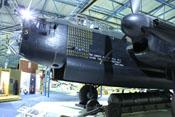 Markierungen für 137 geflogene Missionen am Bug und eine 12.000 Pfund schwere Luftmine unter der Lancaster