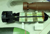 Zielmarkierungsbombe mit 200 einzelnen 'Kerzen' (Gewicht 1.000 Pfund)