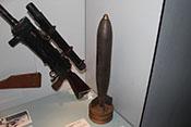 Deutsche Fliegerbombe und Flugzeugmaschinengewehr Parabellum von 1917