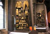 Uniformen und Ausrüstungsgegenstände amerikanischer und deutscher Soldaten
