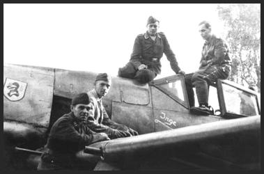 Foto einer Fw 190 A-8 der II.(Sturm)/JG4 mit dem Geschwaderwappen auf der Triebwersverkleidung