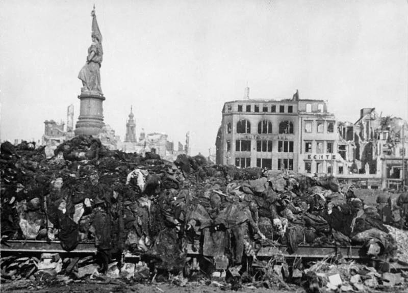 Bundesarchiv_Bild_183-08778-0001,_Dresden,_Tote_nach_Bombenangriff.jpg